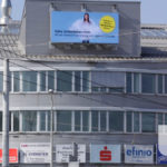 LED Screen auf Hausdach.